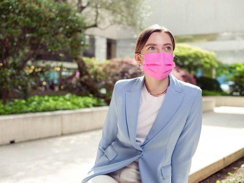 Ragazza con mascherina chirurgica rosa TImask