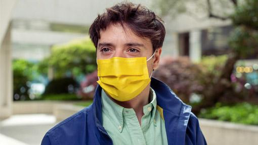 Ragazzo con mascherina chirurgica TImask gialla